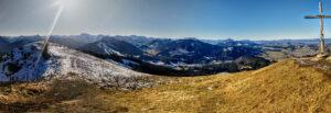 Panoramablick und Gipfelkreuz von der Reuterwanne